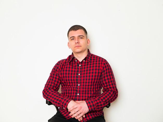 Homme élégant implantation et posant sur fond marron.