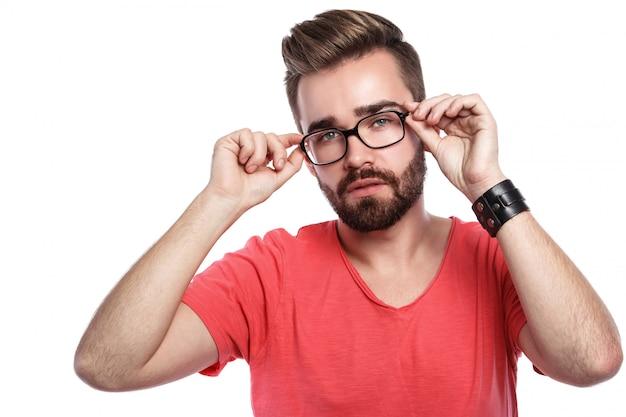 Homme élégant à lunettes