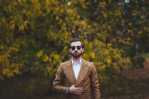 Homme élégant en manteau élégant