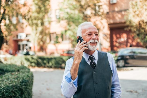 Homme élégant parlant au téléphone.