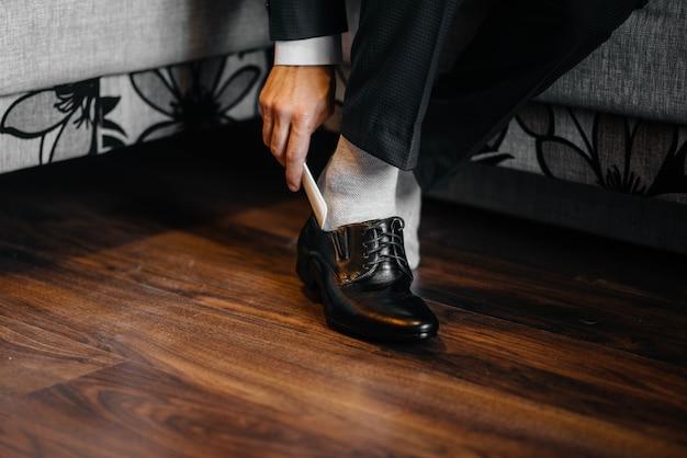 Un homme élégant porte des chaussures classiques en gros plan. mode.