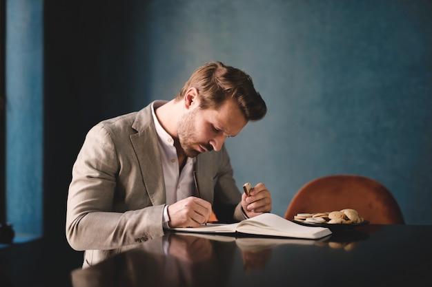 Homme élégant prenant des notes