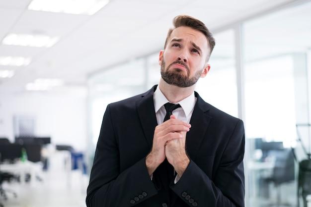 Homme élégant prier