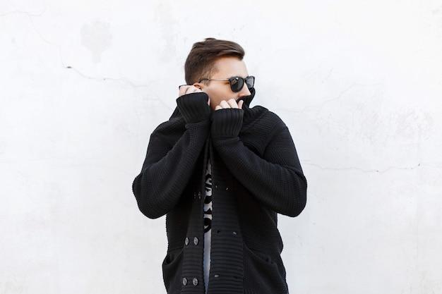 Homme élégant en pull noir