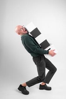 Homme élégant sorti détient et transporte des boîtes de bureau
