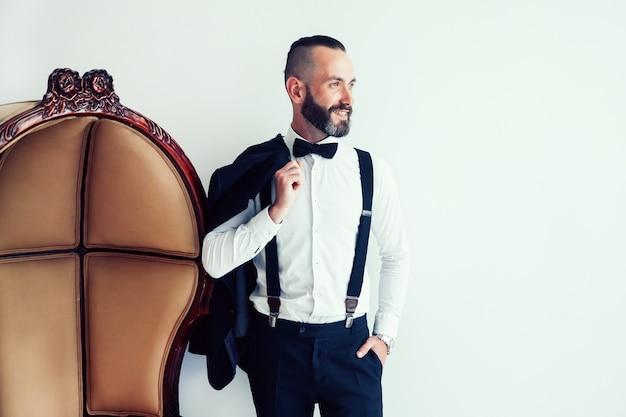 Homme élégant avec une veste sur l'épaule