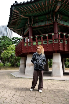 Homme élégant en vêtements k-pop en scène urbaine