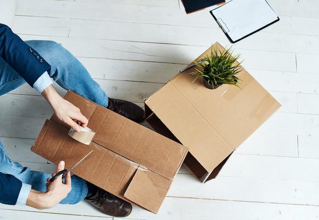 Homme emballant des boîtes de déménagement officiel professionnel.