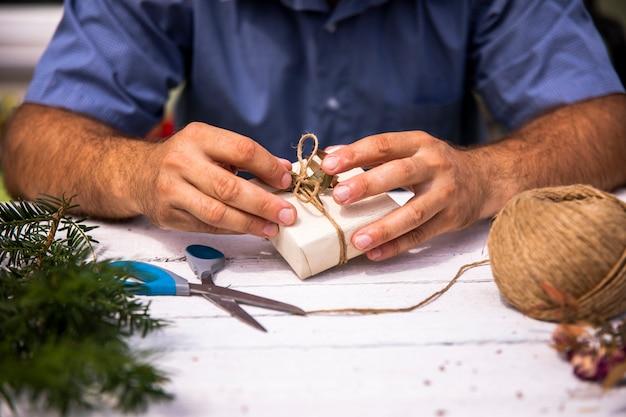 Homme emballant un joli cadeau