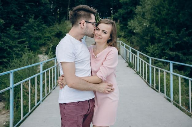 L'homme embrassant dans le visage de sa fille sur un pont