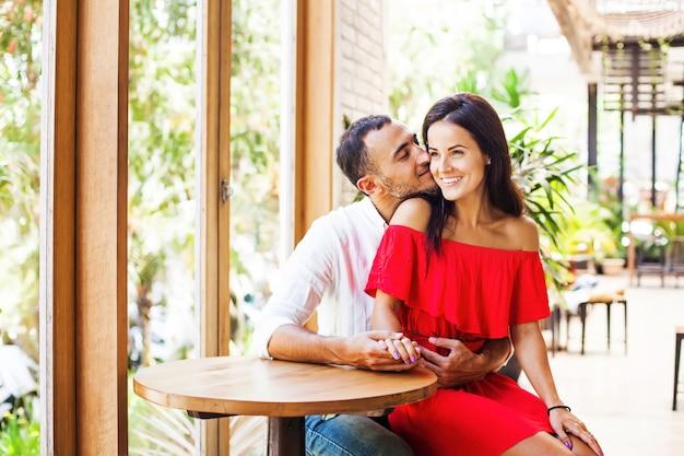 Homme embrassant sa petite amie
