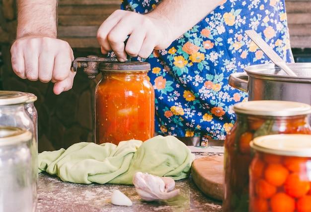 L'homme l'emmène en préservant l'ancienne cuisine rustique