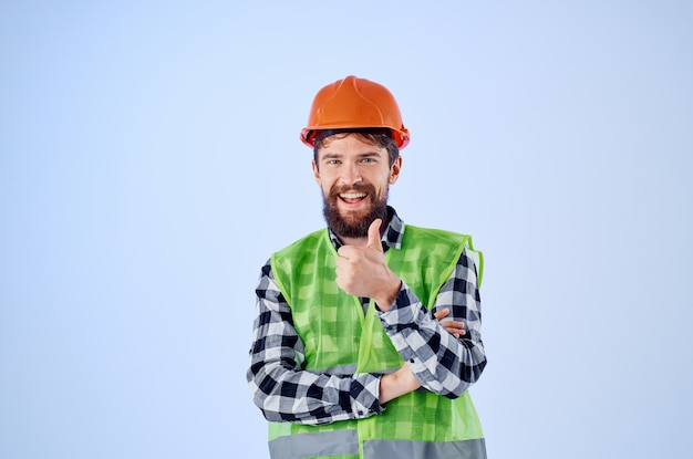 Homme émotif en arrière-plan isolé professionnel de construction de casque orange. photo de haute qualité