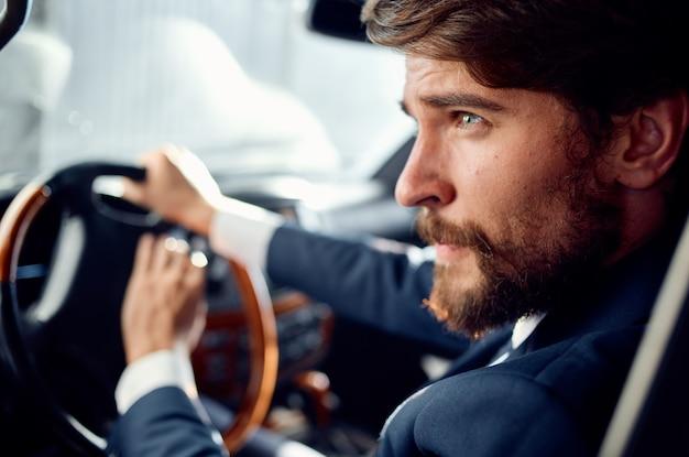 Homme émotif conduisant un mode de vie de luxe de voyage de voiture riche