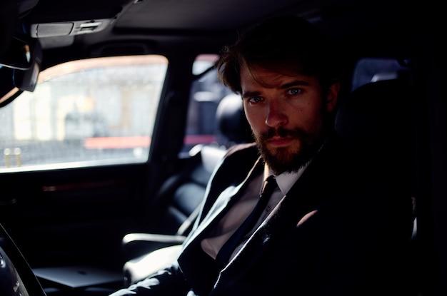 Homme émotif dans un costume dans une voiture un voyage pour travailler la confiance en soi