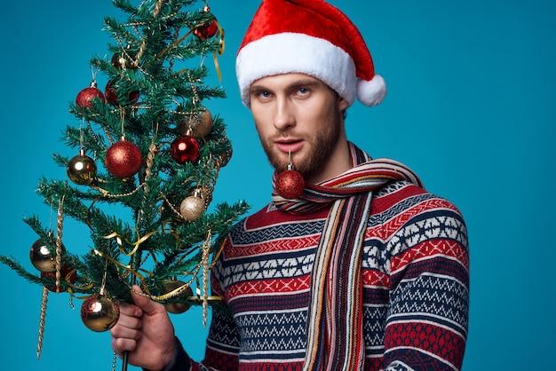 Homme émotif dans un santa hat décorations de noël vacances nouvel an fond isolé