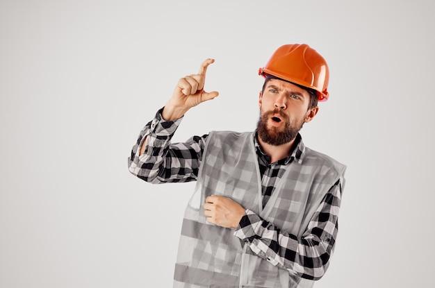 Homme émotif dans le studio de profession de bâtiment de construction uniforme de travail