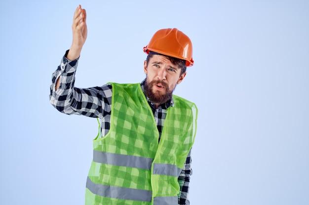 Homme émotif dans le studio professionnel de construction de casque orange