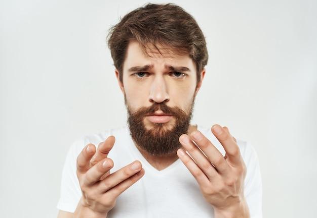Homme émotif dans un style de vie de mécontentement de regard expressif de tshirt blanc