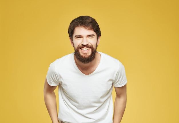 L'homme émotif dans un tshirt blanc a irrité le plan rapproché d'expression faciale
