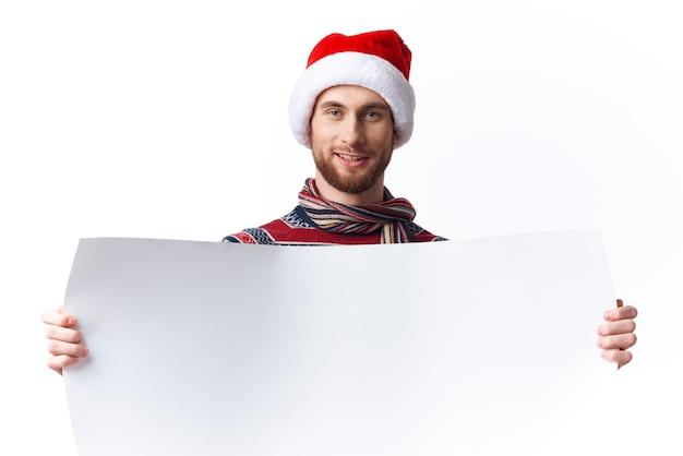 Homme émotif dans les vêtements du nouvel an tenant une bannière vacances fond isolé