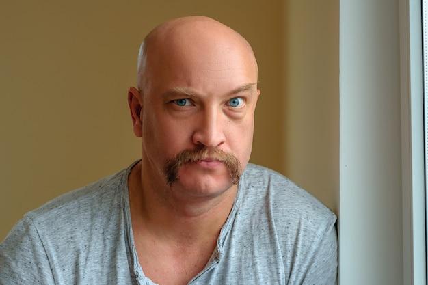 Un homme émotif avec une moustache différentes expressions du visage sur le visage