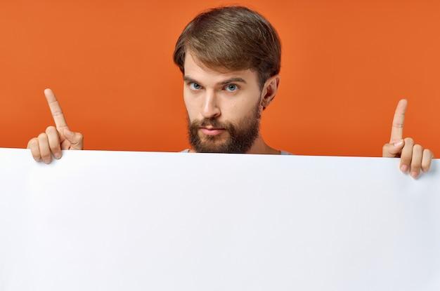 Homme émotif tenant un fond orange de remise d'affiche de maquette