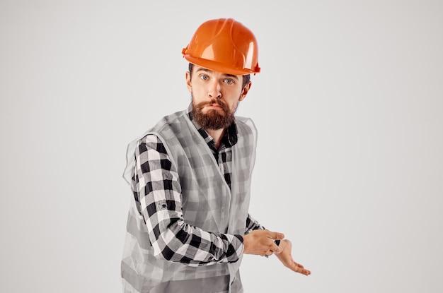Homme émotif en uniforme de travail bâtiment profession fond clair