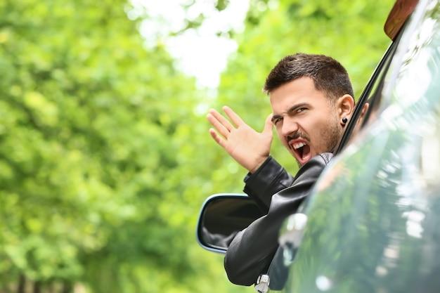 Homme émotionnel dans une voiture moderne