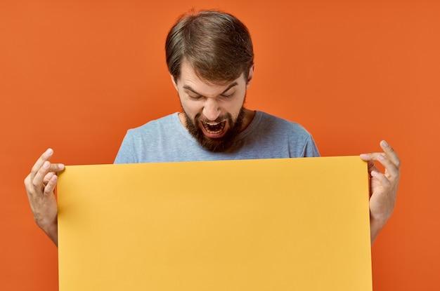Homme émotionnel publicité marketing copie espace studio style de vie. photo de haute qualité