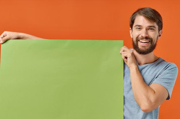Homme émotionnel publicité marketing espace copie style de vie studio