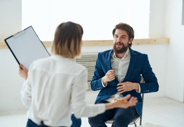 Homme émotionnel à la réception avec un professionnel de consultation psychologue