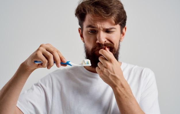 L'homme émotionnel soins dentaires dentisterie mal de dents fond isolé