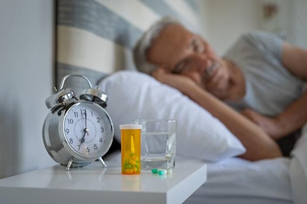 Homme endormi avec des médicaments