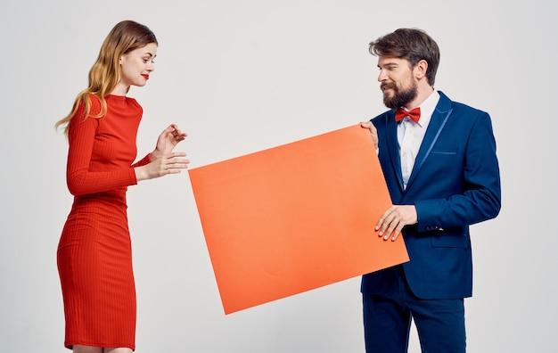 Homme énergique avec maquette et femme émotionnelle