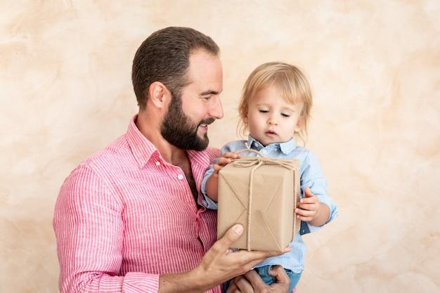 Homme et enfant à la maison. père et fils s'amusant ensemble.