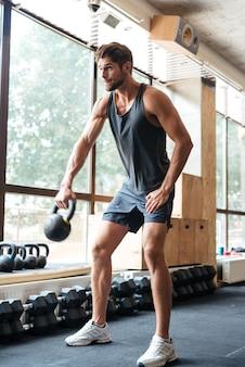 Homme engagé avec poids. se concentre