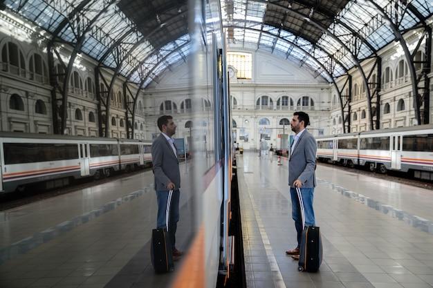 Homme entrant dans le train