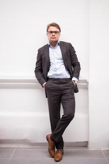 Homme entrepreneur à la mode posant pour caméra