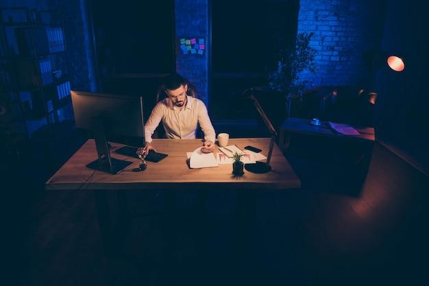 Homme entrepreneur occupé au travail