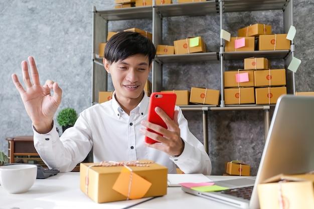 Homme entrepreneur prospère dans les affaires. jeune homme entrepreneur travaillant dans un bureau à domicile.