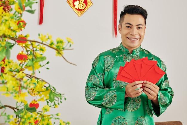 Homme avec des enveloppes pour la fête du printemps