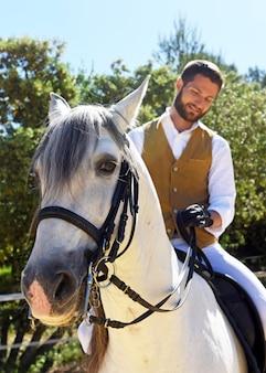 Homme d'équitation sur étalon