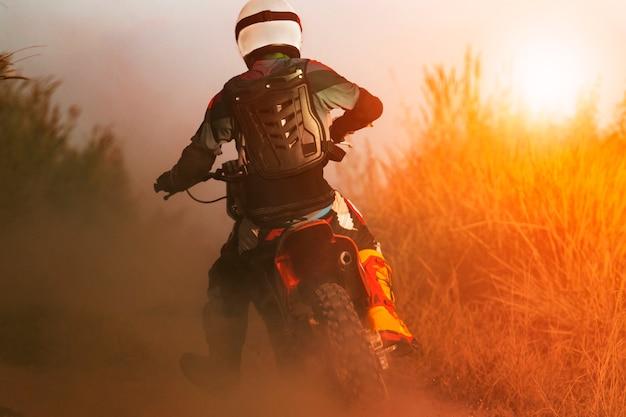 Homme, équitation, sport, enduro, motocyclette, sur, piste terre