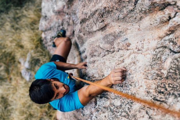 Homme escalade rock