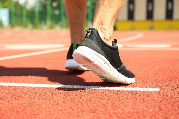 Homme, espadrilles, rouges, athlétique, courant, piste, fin, haut