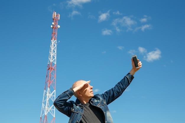 L'homme essaie d'attraper un signal de réseau mobile. le signal 3g 4g est très faible.