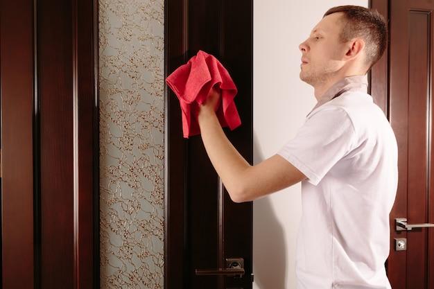 L'homme essuie les meubles. concept de nettoyage à domicile.