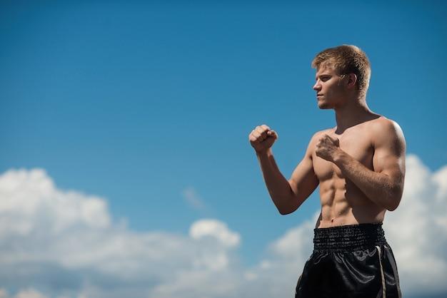 Un homme est un combattant dans le rack de combat