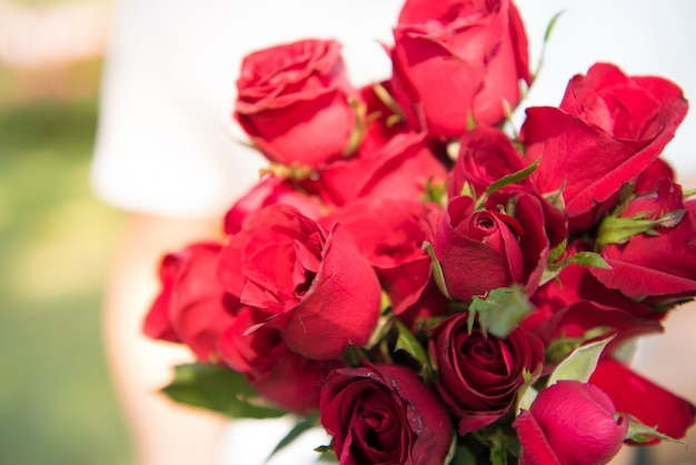 L'homme est debout et tenant des roses. fond du concept de jour de la saint-valentin et le concept de l'amour.